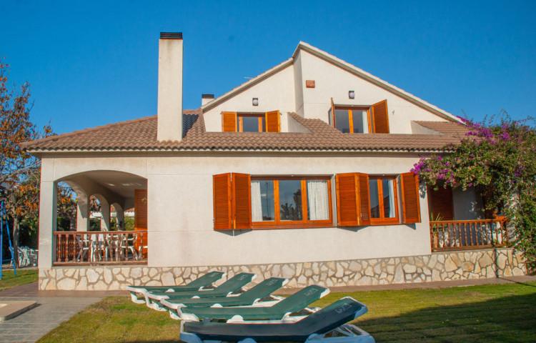 Propiedad - Chalet con piscina en Comarruga